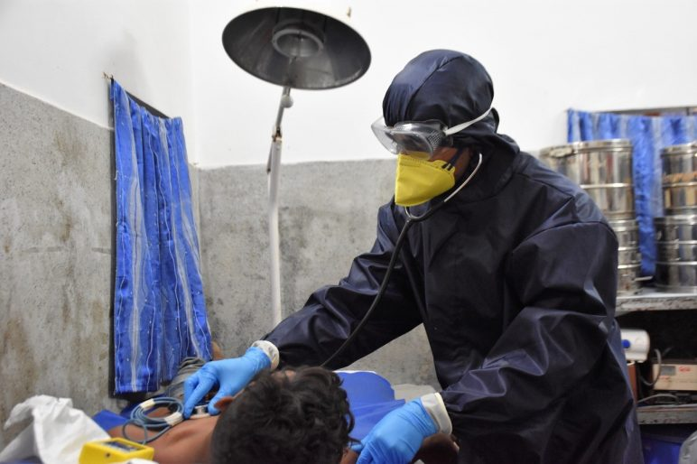 Medical workers treated the sick after putting on their personal protective equipment (Photo from CEDAR's partner)